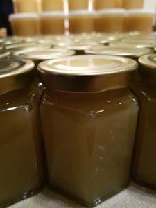Smøremyk honning på 6-kantedetglass